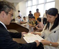 ネットウォッチャーの認定を受ける学生(右)=徳島市応神町の四国大