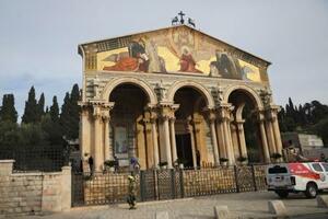 4日、エルサレム旧市街の東にあるキリスト教の聖地ゲッセマネに隣接する「万国民の教会」と消防隊員(AP=共同)