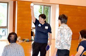 球技を教える障がい者スポーツ指導員(左から2人目)。県内で指導員の減少が続いている=阿南市七見町の市スポーツ総合センター