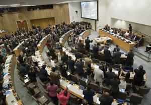 2017年7月7日、ニューヨークの国連本部で「核兵器禁止条約」が採択され、拍手する参加国代表(AP=共同)
