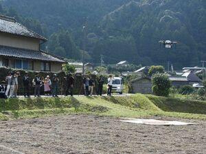 ドローンを使った物資運搬の実証実験。那賀町は本格活用へ地域商社を設立する=2017年9月、同町横石