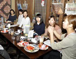 新たな商品やビジネスの開発について意見を交わす町民や学生ら=東みよし町加茂の喫茶店パパラギ