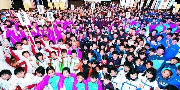 開会式で健闘を誓う選手たち。今大会は初めて特別区間が設けられ、小学生も阿波路を駆ける=徳島市のホテルクレメント徳島