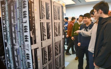 講演会の会場に展示された「富岳」の模型を見る参加者=25日午後、金沢市