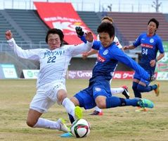 後半38分、相手選手のシュートをブロックする徳島の広瀬陸(左端)=茨城県笠松運動公園陸上競技場
