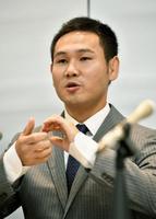 記者会見するボクシング元世界王者の高山勝成選手=16日午前、東京都港区