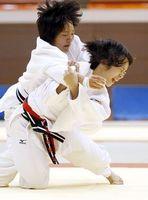女子団体決勝・藍住対太田 背負い投げで攻める藍住の大西(右)=鳴門アミノバリューホール