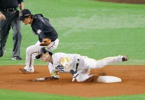 1回ソフトバンク無死一塁、打者中村晃のとき、二盗を決める周東。遊撃手藤岡。プロ野球新記録となる12試合連続盗塁を達成した=ペイペイドーム