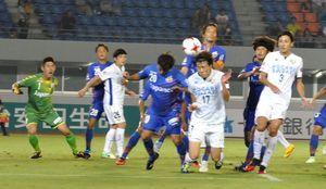 徳島-長崎 後半40分、左CKにFW山崎⑰が頭で合わせて1点を返す=トランスコスモススタジアム長崎