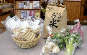 石井町のふるさと納税の返礼品で人気となっている米と野菜のセット(右)とハムとソーセージのセット=石井町高川原の精肉店