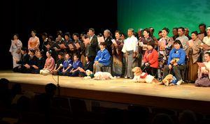 盲導犬育成を支援するチャリティー公演で合吟を披露する出演者=徳島市のあわぎんホール