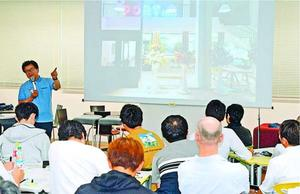 商店街に人を呼び込む取り組みについて話す黒田さん(左奥)=徳島大常三島キャンパス