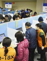 確定申告の手続きをする人たちで混み合う会場=徳島市のアスティとくしま