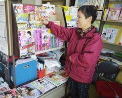 29日の閉店を前に本棚の整理をする橋本さん=徳島市名東町2の橋本書店