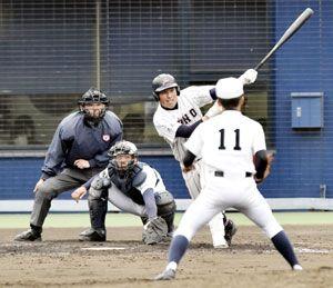 小松島対板野 板野8回裏、1死一、二塁から森井の左越え三塁打で5-1とする=アグリあなんスタジアム