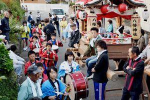 新しい祭りばやしを演奏しながら練り歩く児童ら=美馬市穴吹町口山の宮内地区