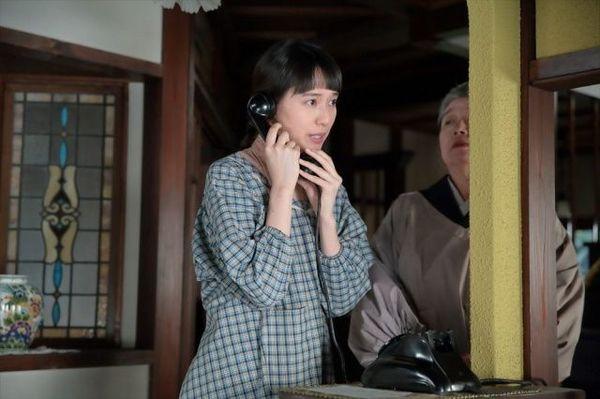 連続テレビ小説『スカーレット』第3週より。大久保と電話の受け答えの練習をする喜美子。ある夜、無言電話がかかってきて…(C)NHK