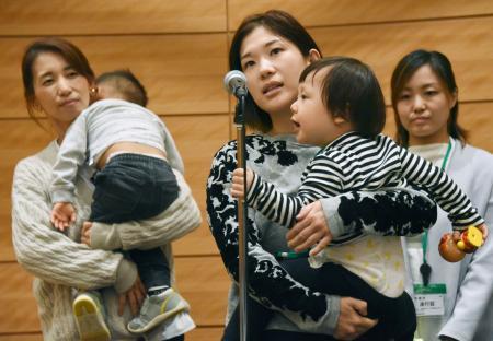 衆院第1議員会館で開かれた集会で、朝鮮学校の幼稚園にも無償化を適用するよう求める母親(中央)ら=18日午後