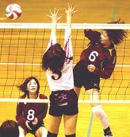 女子決勝・鴨島一対穴吹 第1セット、鴨島一の和泉(右)がスパイクを決める=小松島市立体育館