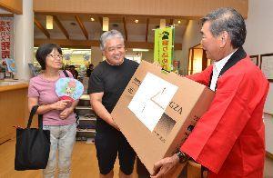 野崎市長(右)から記念品を受け取る村山さん=阿波市土成町吉田の御所の郷