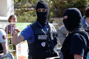 23日、パリ近郊ランブイエの襲撃現場を調べる当局者(ロイター=共同)