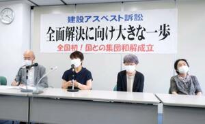 集団訴訟で国と和解が成立し、記者会見に臨む原告ら=5日午後、札幌市内の弁護士会館