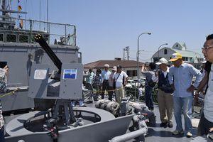 掃海艇「つのしま」を見学する来場者=小松島市小松島町の徳島小松島港新港