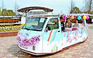 桜並木を楽しめるソーラーバス=板野町のあすたむらんど徳島