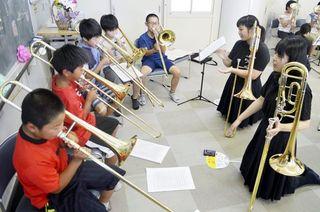 川島高校生(徳島・吉野川市)が児童学習支援 楽器演奏や絵を指導