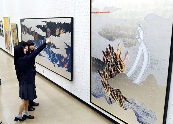 迫力のある大作が並ぶ作品展=徳島市のあわぎんホール