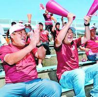 準々決勝の城東戦で得点を挙げ喜ぶ富岡西野球部保護者会の村上会長(左)と小田副会長=鳴門オロナミンC球場