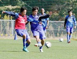 残り3戦全勝に向け、練習に励む徳島の選手=徳島スポーツビレッジ