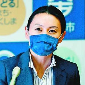 記者会見に臨む内藤市長。藍染マスクが注目されている=20日、徳島市役所