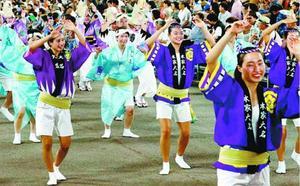 踊りを体験するAS日本代表チーム=藍場浜演舞場