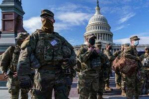 17日、米首都ワシントンの連邦議会議事堂周辺で警戒する州兵(AP=共同)