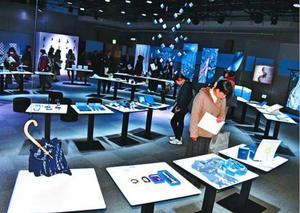 藍染作品に見入る来場者=徳島市の県立21世紀館