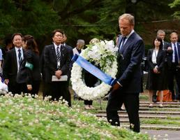 長崎市の爆心地公園で献花するEUのトゥスク大統領=26日午後