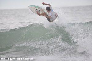 東京五輪に採用されたサーフィン。今後メジャー競技となるか=8月4日、阿南市の蒲生田海岸