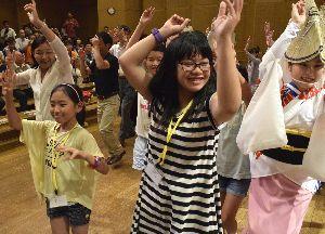 阿波踊りを体験する帯広市の子どもたち=徳島市の阿波おどり会館