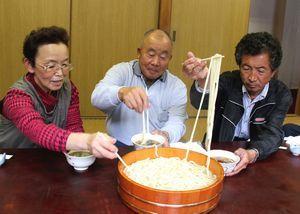市産小麦のたらいうどんを味わう地元住民=阿波市土成町宮川内の奥御所