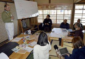 「出羽島アート展」に代わり、3月に行う観光イベントについて話し合う関係者=牟岐町沖の出羽島の交流施設「波止の家」