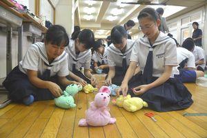 ウサギの人形を作る生徒=美馬市脇町の脇町中