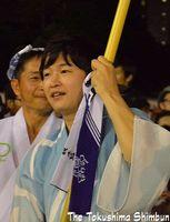 高張りちょうちんを持ち、演舞場を練り歩く逢坂さん=徳島市役所前演舞場
