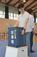 参院選の投票箱を設置する市職員=徳島市の内町小体育館