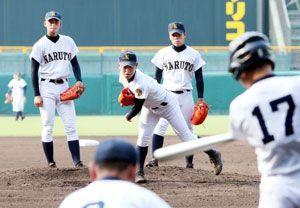 球場見学でマウンドの感触を確かめる鳴門の投手陣=甲子園