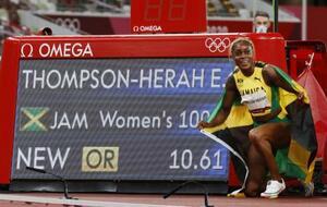 女子100メートルで10秒61の五輪新記録をマークして優勝し、笑顔を見せるジャマイカのエレーン・トンプソンヘラ=国立競技場