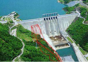 赤い線で示した部分が早明浦ダムに新設される放流施設のイメージ(四国地方整備局提供)