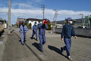 津波を想定した率先避難訓練。避難行動を取る参加者自身が周囲にも避難を呼び掛ける=2020年11月、小松島市金磯町の鉄鋼団地