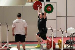 大会本番に向けて調整する重量挙げのニュージーランド代表ローレル・ハバード=7月31日、東京(AP=共同)
