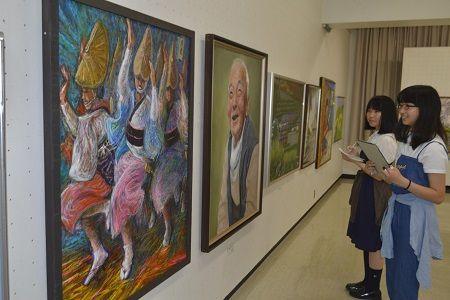 作品を鑑賞する来場者=徳島市のあわぎんホール